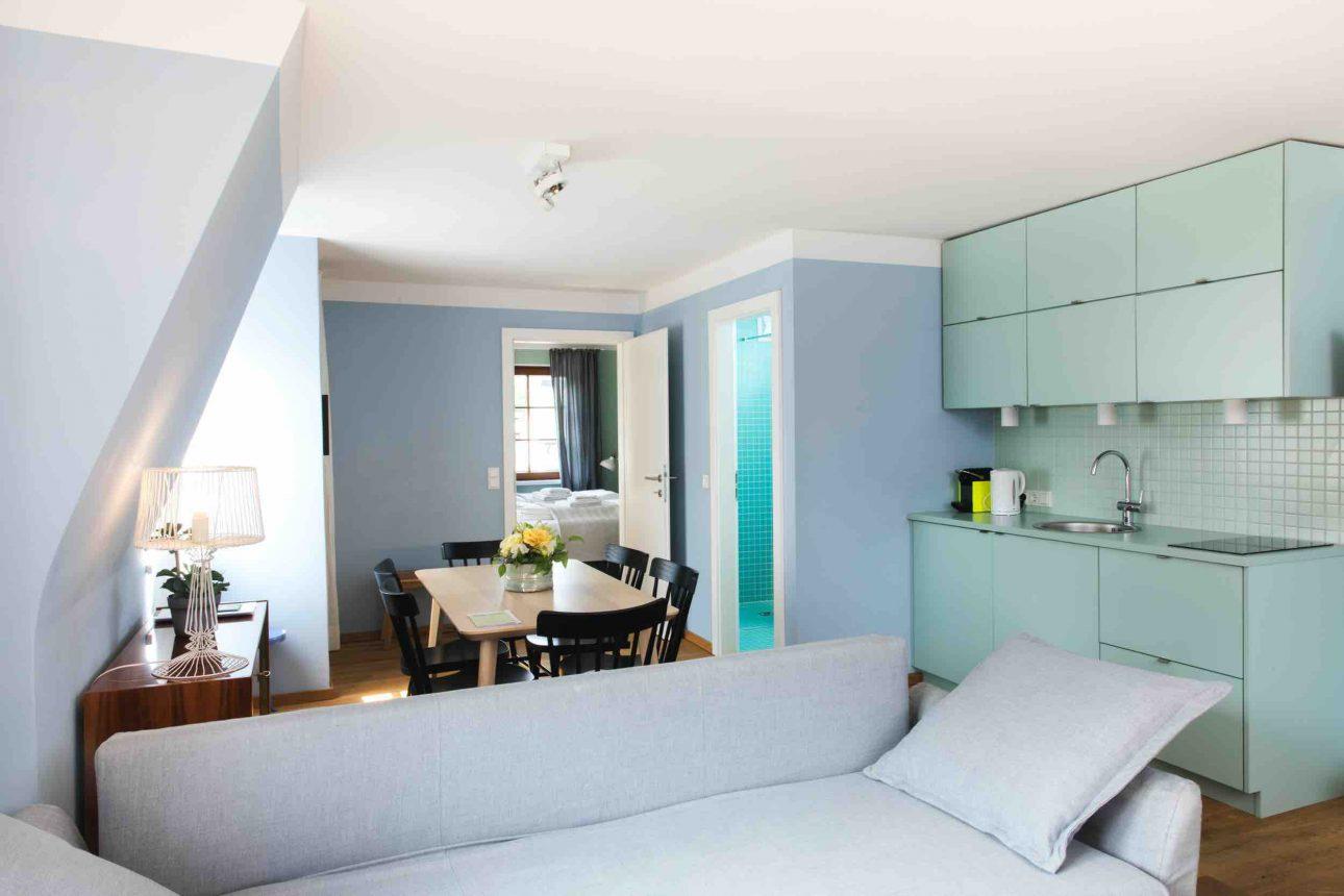 (Villa Charlotte). Küche und Esstisch im Apartment Wolfgangsee in der Villa Charlotte