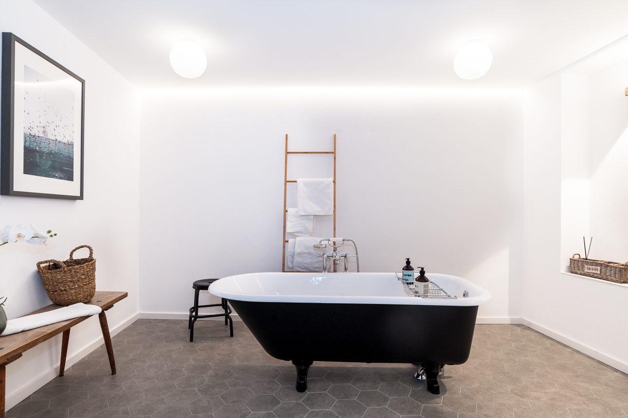 (Townhouse Nora). Townhouse Nora One for Six freistehende Badewanne