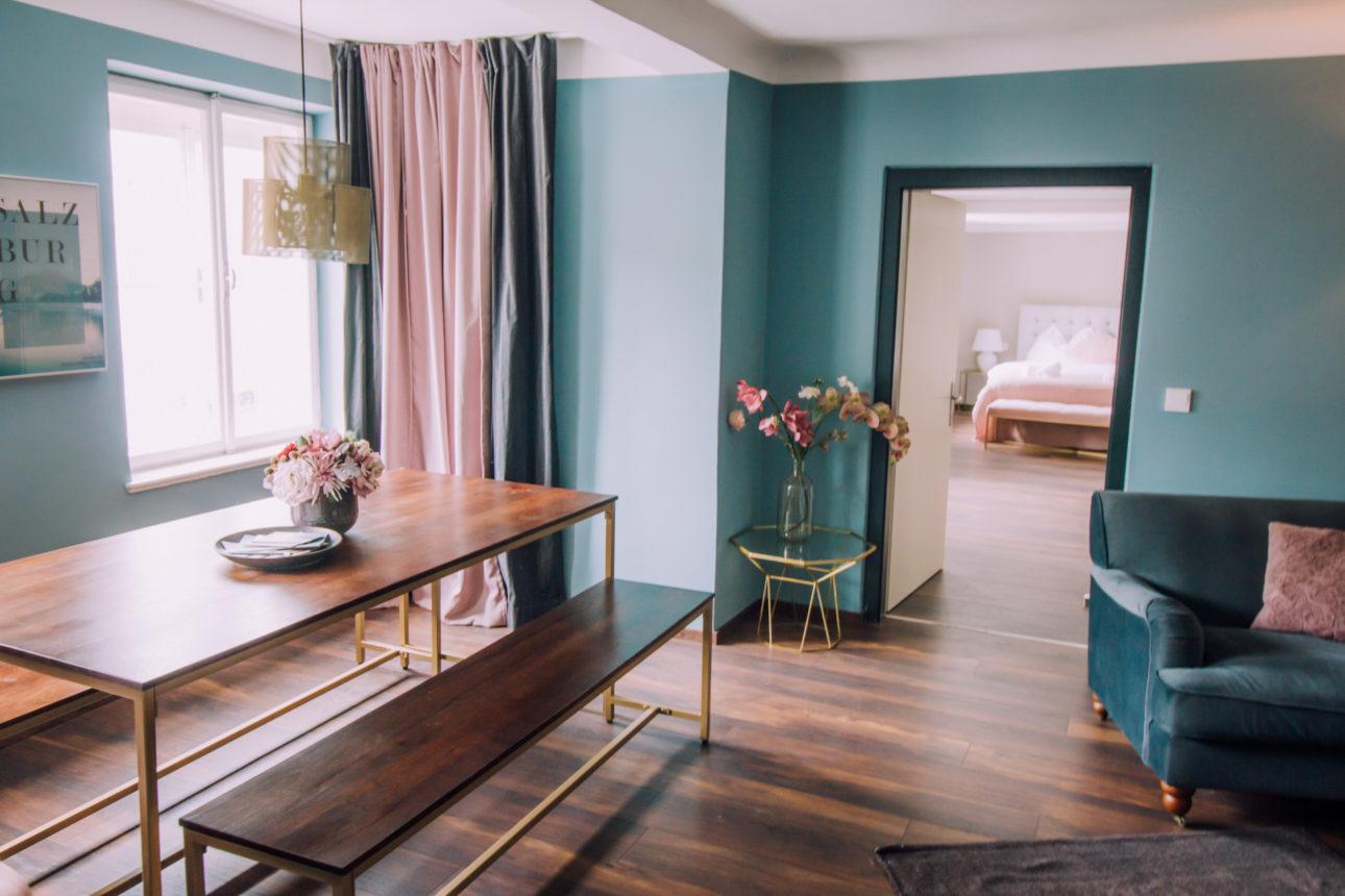 (Townhouse Tessa). Townhouse Tessa Apartment 2 Esszimmer mit Einsicht ins Schlafzimmer